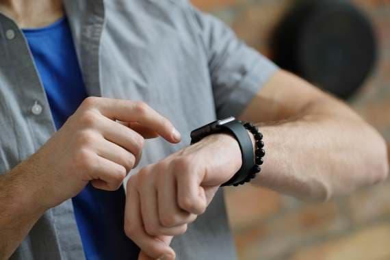 Mand der kigger på sit armbåndsur